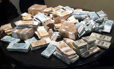 Ladrão rouba casa de deputado, mas ele não da parte porque o dinheiro já era roubado