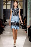 къса рокля от перфорирана материя