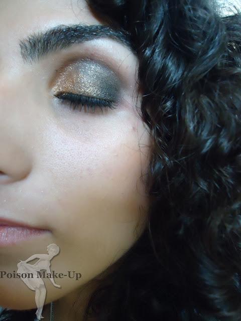 Make com sombra preta e dourada luz natural