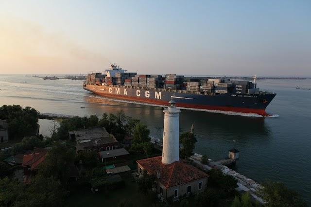 """Venezia, attracca """"CMA CGM Corneille"""""""