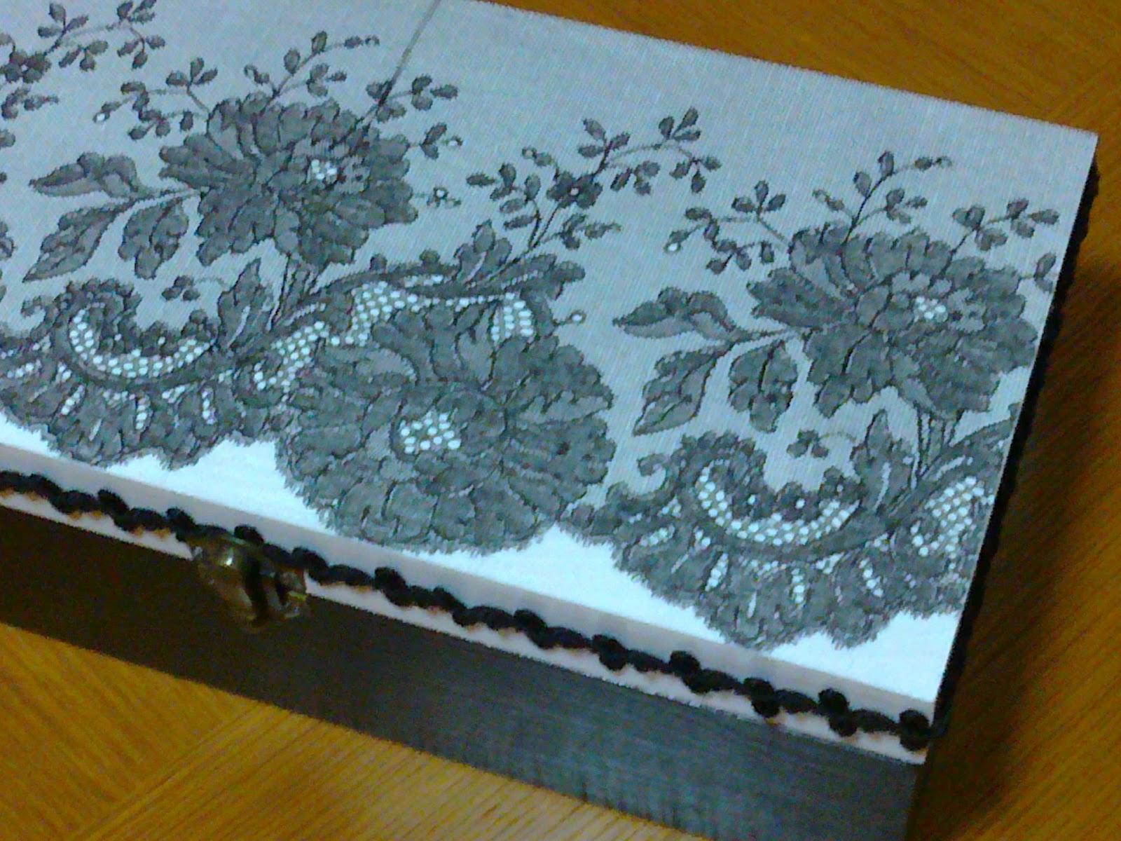 Caixa de madeira pintada à mão com tinta acrílica nos tons branco  #089AC3 1600x1200