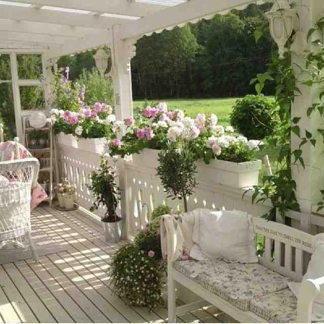 biała weranda, biała ławeczka ogrodowa, meble ogrodowe, aranżacja werandy cottage style