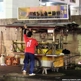 Montando un yatai en una calle de Fukuoka en Japón