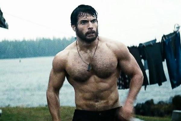 """Henry Cavill luce torso en """"El Hombre de Acero"""" como el hombre el más sexy de 2013"""