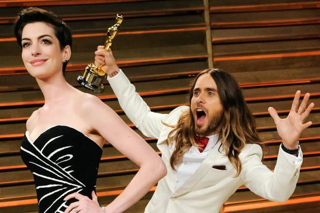 jared-leto-anne-hathaway-photobomb