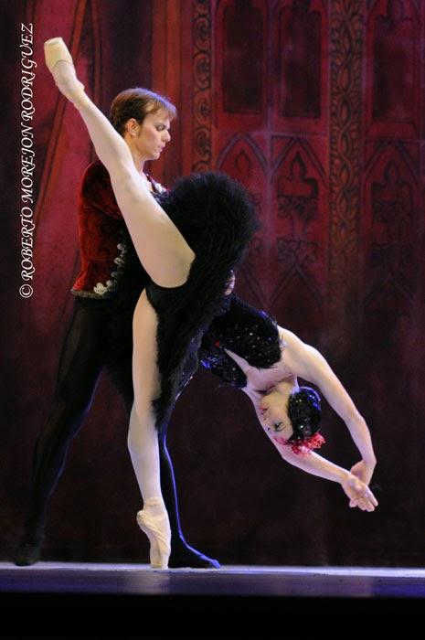 Viengsay Valdés (Odile) y Víctor Estévez (Principe Siegfried), interpretan El Cisne Negro, pas de deux del III acto, de El Lago de los Cisnes, en la Sala Avellaneda del Teatro Nacional, en La Habana