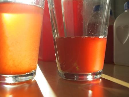 Vasemmalla suodattatonta pihlajanmarjamehua, oikeanpuoleisessa lasissa suodatettua.