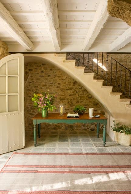 mesa rustica bajo escalera