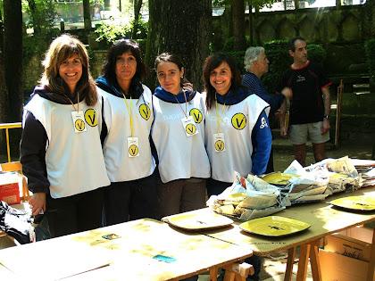 Una bonica organització ens fa entrega d'un plat de ceràmica com a record de la caminada 2011
