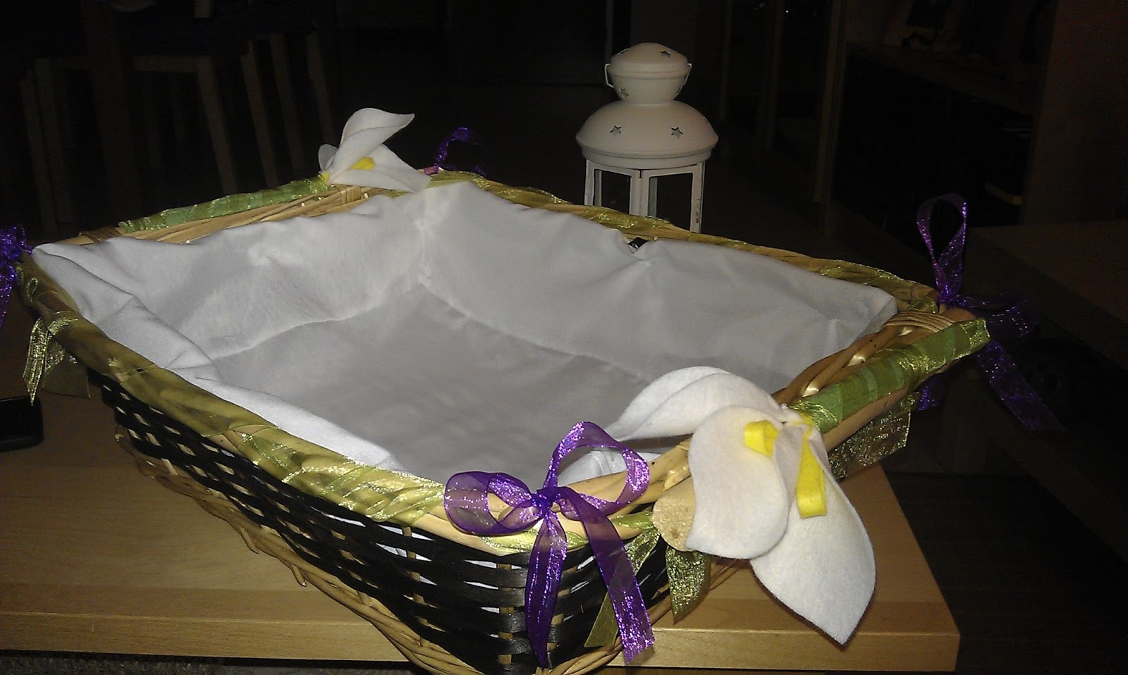 C mo adornar una cesta de mimbre para boda imagui - Como decorar una cesta de mimbre ...