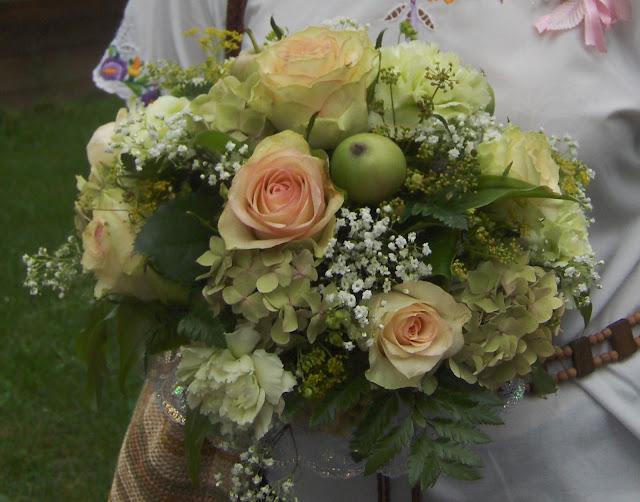 Весільний букет - троянди, гвоздики, гортензії, яблука