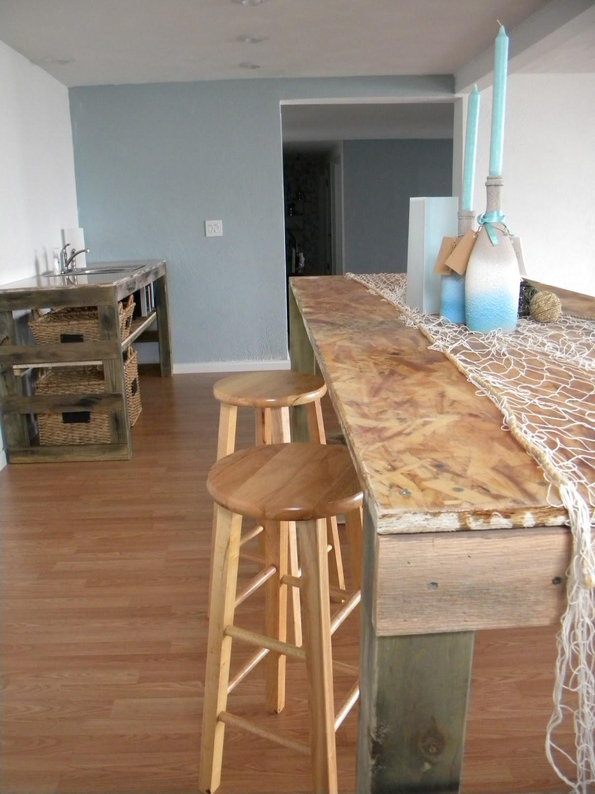 Bancone bar con pallet yx53 pineglen for Riciclo bancali legno