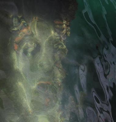 Wajah hantu misteri tampil di permukaan air