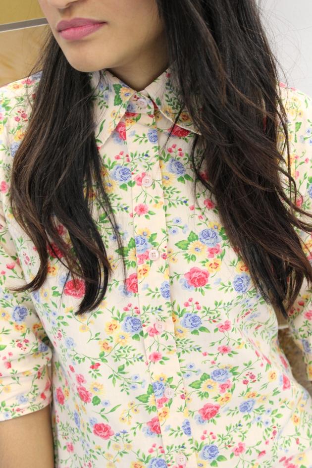 camisa floral, camisa renner, saia metalizada, saia dourada, blazer renner, saia com blazer, look floral, óculos rayban, saia e sapatilha, sapatilha bottero, look girlie