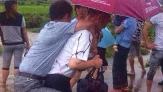 Pejabat China ini Dipecat Gara-Gara Menyuruh Bawahan untuk Mengendongnnya