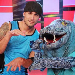 """Gino Assereto con la mascota de las Cobras de """"Esto es Guerra"""""""