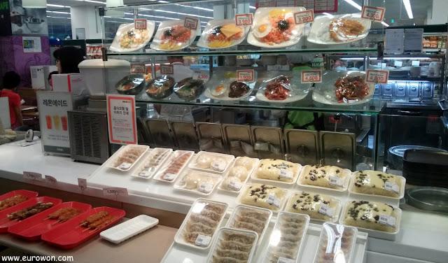 Opciones disponibles para comer en un supermercado coreano