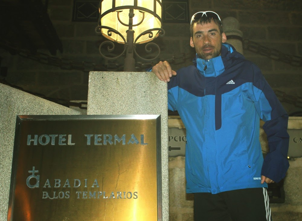 Luis Alberto Hernando posa en el Hotel La Abadía de Los Templarios en La Alberca antes de Tres Valles. /TRAILCYL
