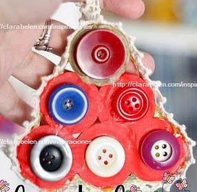 http://clarabelen.com/inspiraciones/3156/navidad-con-reciclaje-adorno-de-navidad-con-tapones-de-botella-planchados-y-botones/