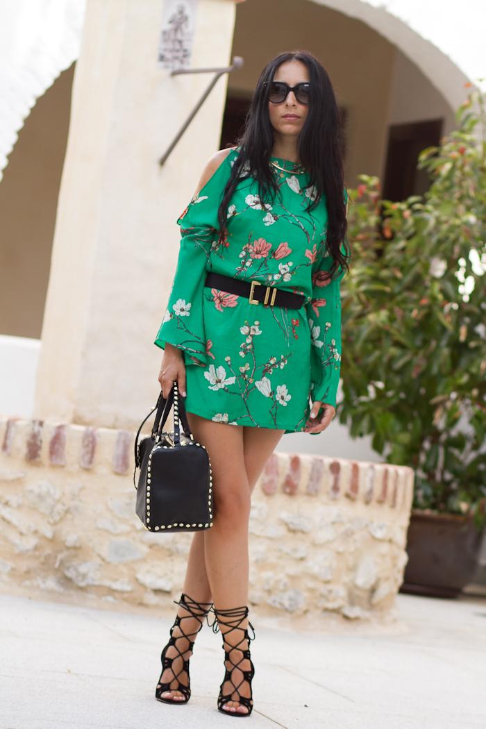 Vestido verde estampado oriental con los hombros al aire