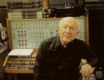El compositor Oskar Sala con el Mixturtrautonium transistorizado en su estudio de la Avenida Heerstraße de Berlín en 1992