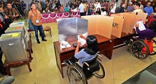 KPUD mengenalkan 3 pasangan calon Bupati dan Wakil Bupati Cianjur, para penyandang disabilitas juga di ajarkan tata cara mencoblos menggunakan alat peraga yang di sediakan