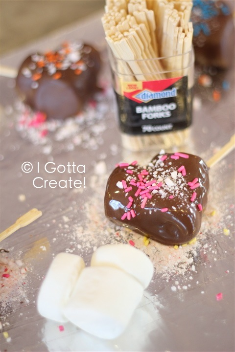 Chocolate Marshmallow Heart Dippers. Love the picks for Valentines Day! | Recipe at I Gotta Create!