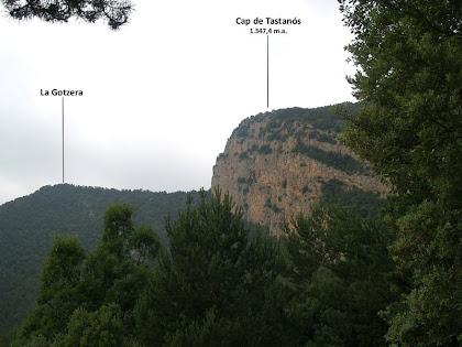 La Roca Gotzera i els Cingles de Tastanós des de l'inici del corriol de pujada