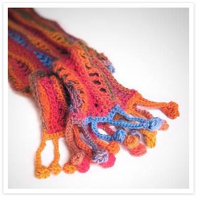 Sjaal met gehaakt franje pompoms