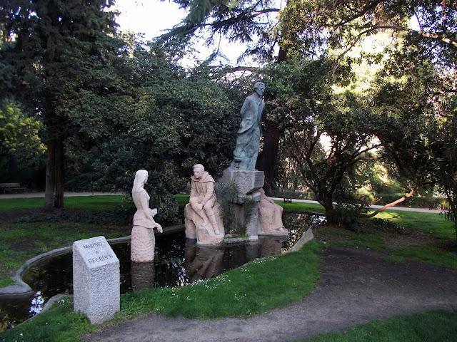Estatua homenaje a Bécquer en parque fuente del Berro