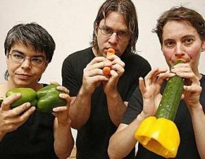 Integrantes de La Orquesta de las Verduras con sus instrumentos