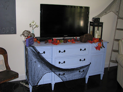 Halloween Decorating {rainonatinroof.com} #halloween #decorating
