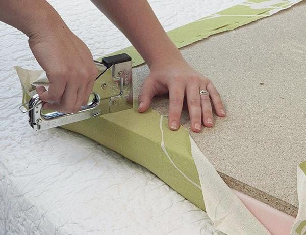 no estirs demasiado porque el dibujo de la tela puede deformarse pero debs estirar lo suficiente para que la goma espuma cubra los espesores de la madera