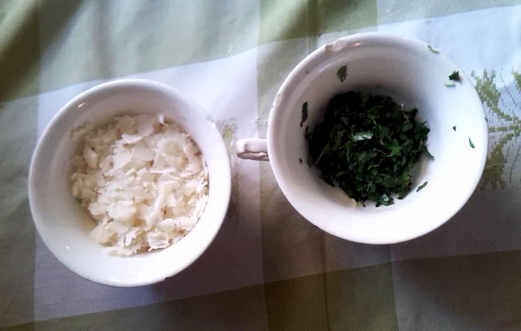 el queso grana padano y el perejil picados