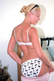 twerking girl - rs-bla2amat012-737382.jpg