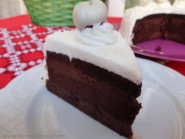 Selva blanca. Tarta de chocolate y nata con cerezas