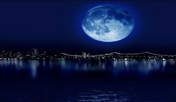 Foto Bulan Biru yang Indah