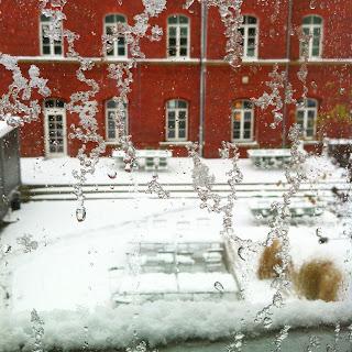 Schneeflocken vor der Fensterscheibe