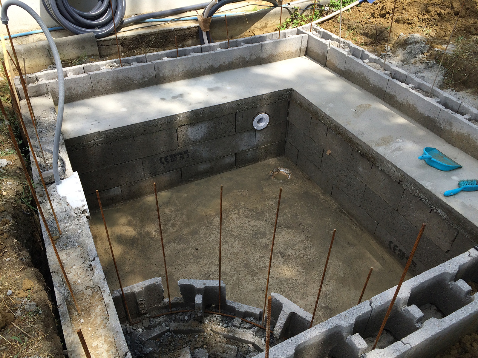Construction piscine b ton d coffrage banc for Materiel pour spa