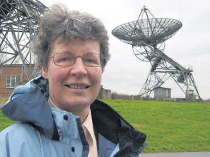 Jocelyn Bell Burnell amb radiotelescopis, Regne Unit