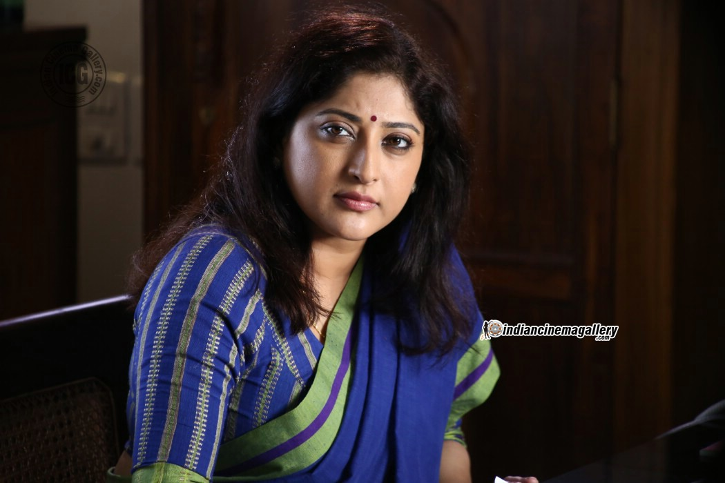 Lakshmi Gopalaswami: Lakshmi Gopalaswamy Latest Hot Photos In Saree From Oru