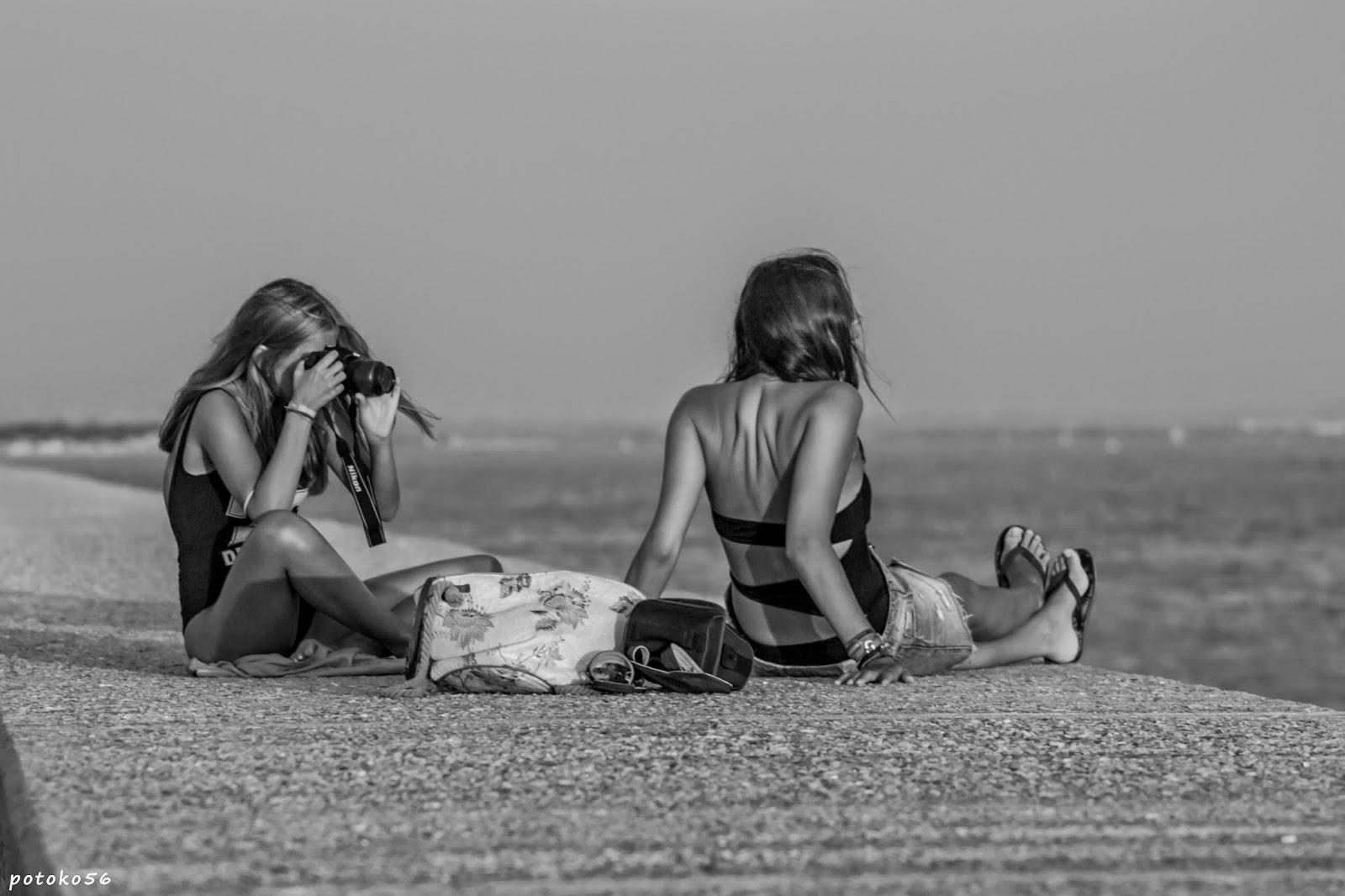 Dos amigas en el muelle de Rota amantes de la fotografía
