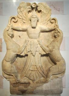 Acroterio elemento decorativo-ornamentale posizionato sulla sommità dei templi antichi