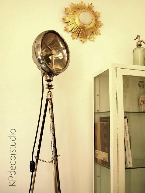 Focos vintage y lámparas con trípodes antiguos