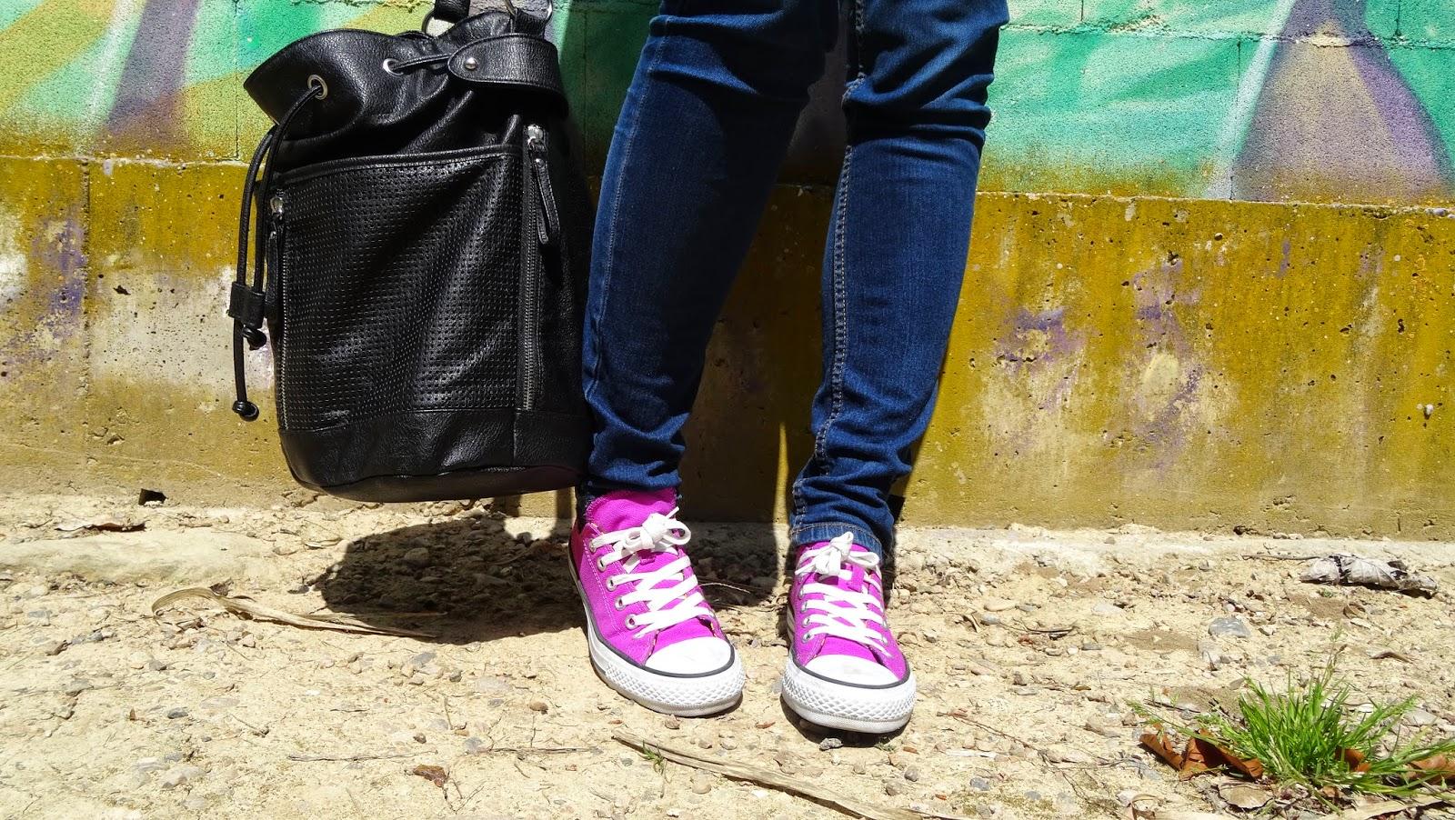 Jersey punto inglés de UNIQLO, jeans de Stradivarius y zapatillas converse un outfit perfecto de básicos que no pueden faltar en tu armario para esta temporada