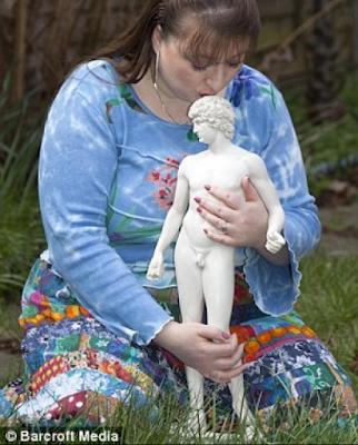 Wanita ini Berpacaran Dengan Patung Dewa Adonis Yunani