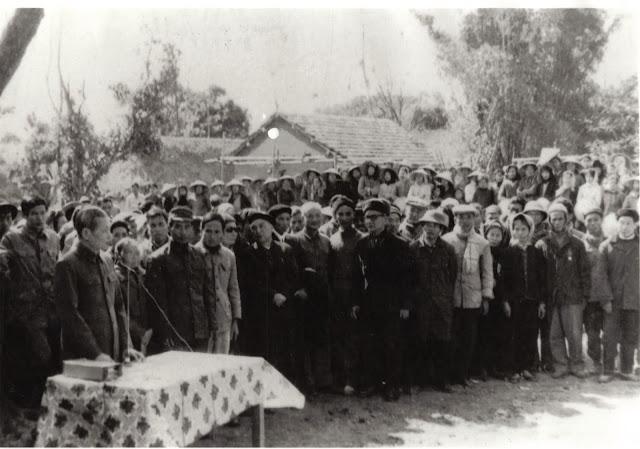Đồng chí Lê Văn Lương nói chuyện với cán bộ và nhân dân quê hương Xuân Cầu, năm 1981 (ảnh: tuyengiaohungyen.vn).