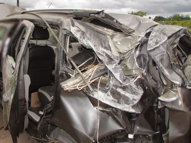 Carro ficou destruídop após capotamento (Foto: Rubens Floriano/Teixeira News)