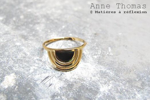 Bague dorée laqué noir Anne Thomas