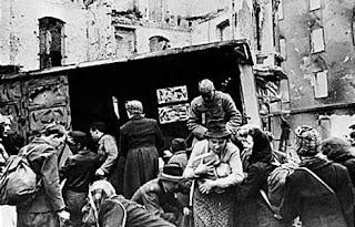 Выдача хлеба населению Берлина советскими войсками